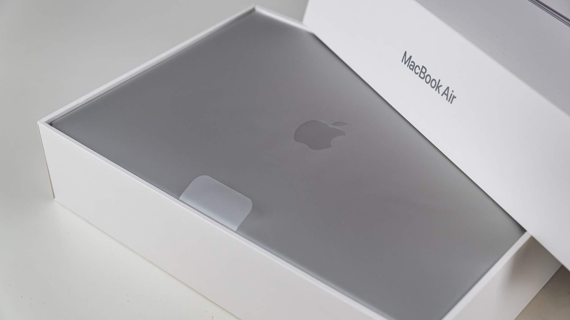 Caixa branca do MacBook Air aberta, mostrando o notebook da Apple na cor prateada