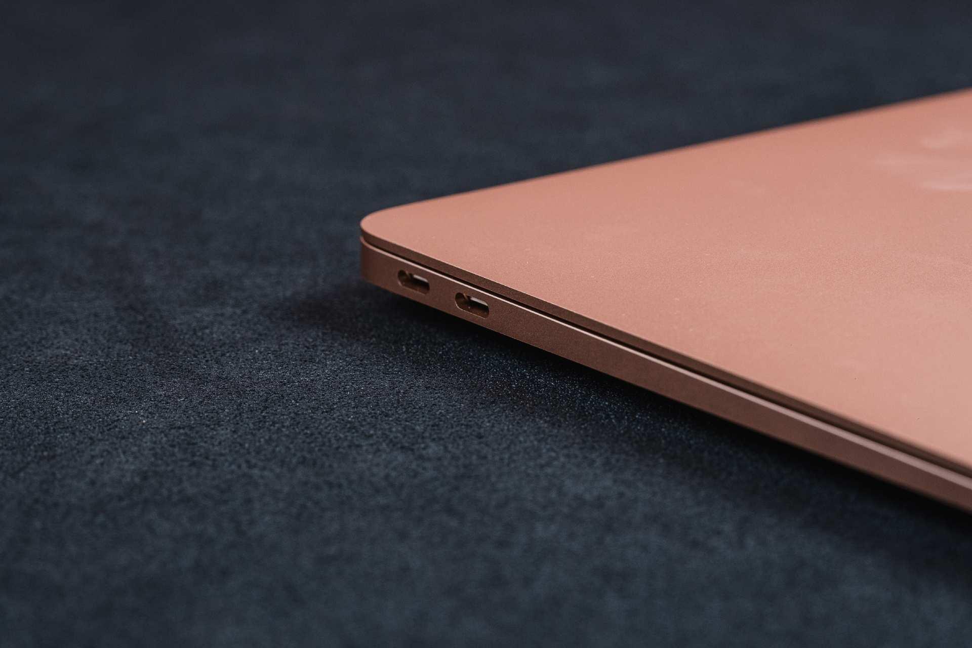 Foto do MacBook Air M1 fechado, com foco nas duas portas USB 4 na lateral esquerda do note