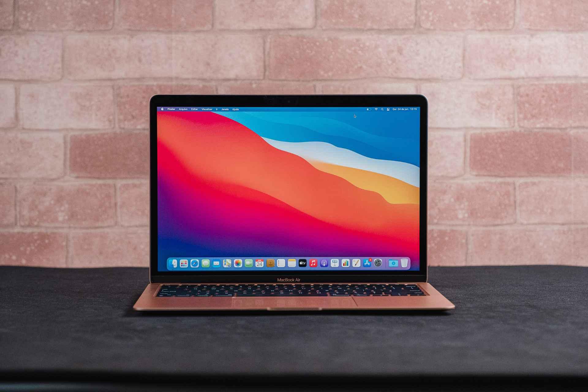 Foto do MacBook Air M1 com foco na tela