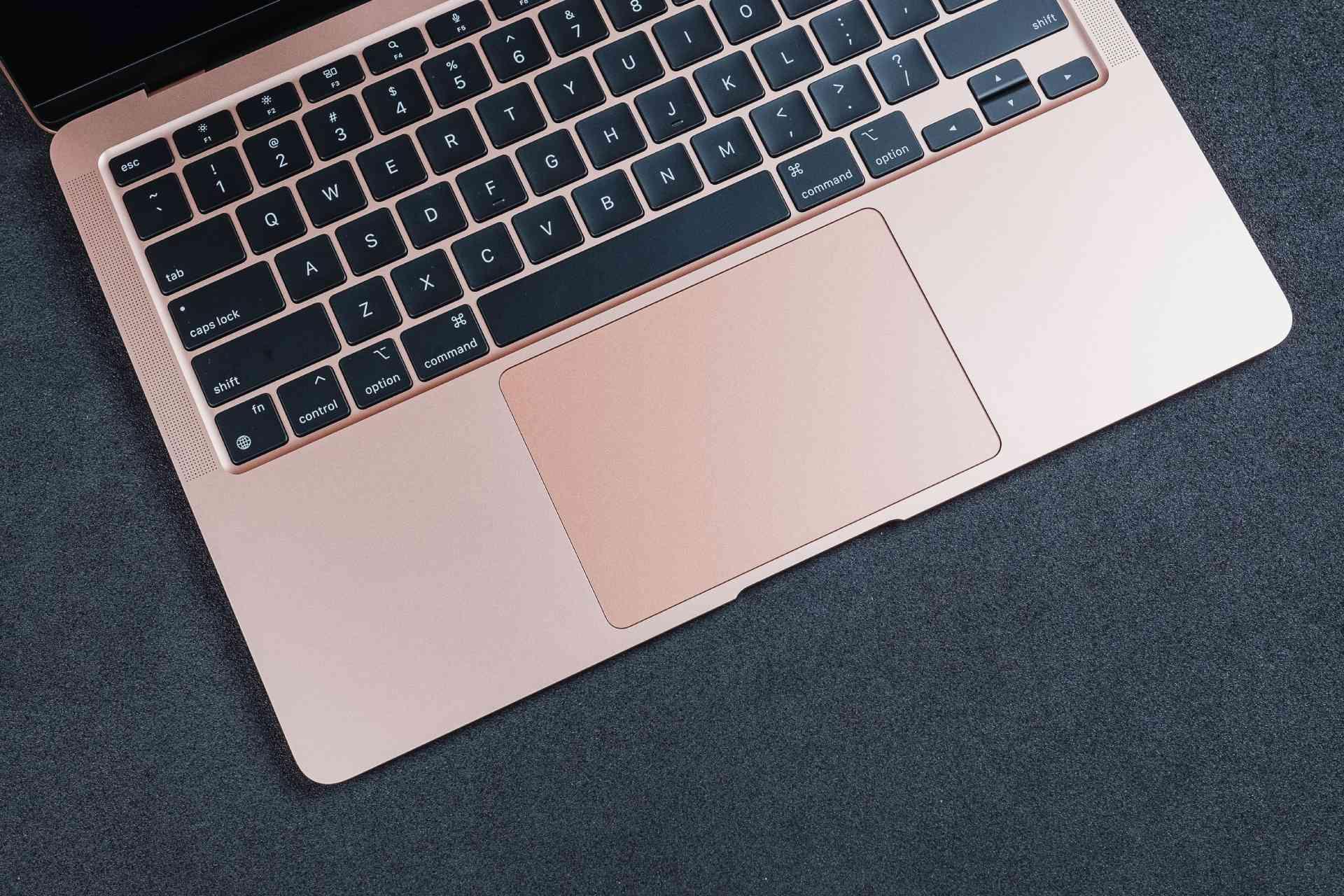 Foto do MacBook Air M1 com foco no trackpad e teclado