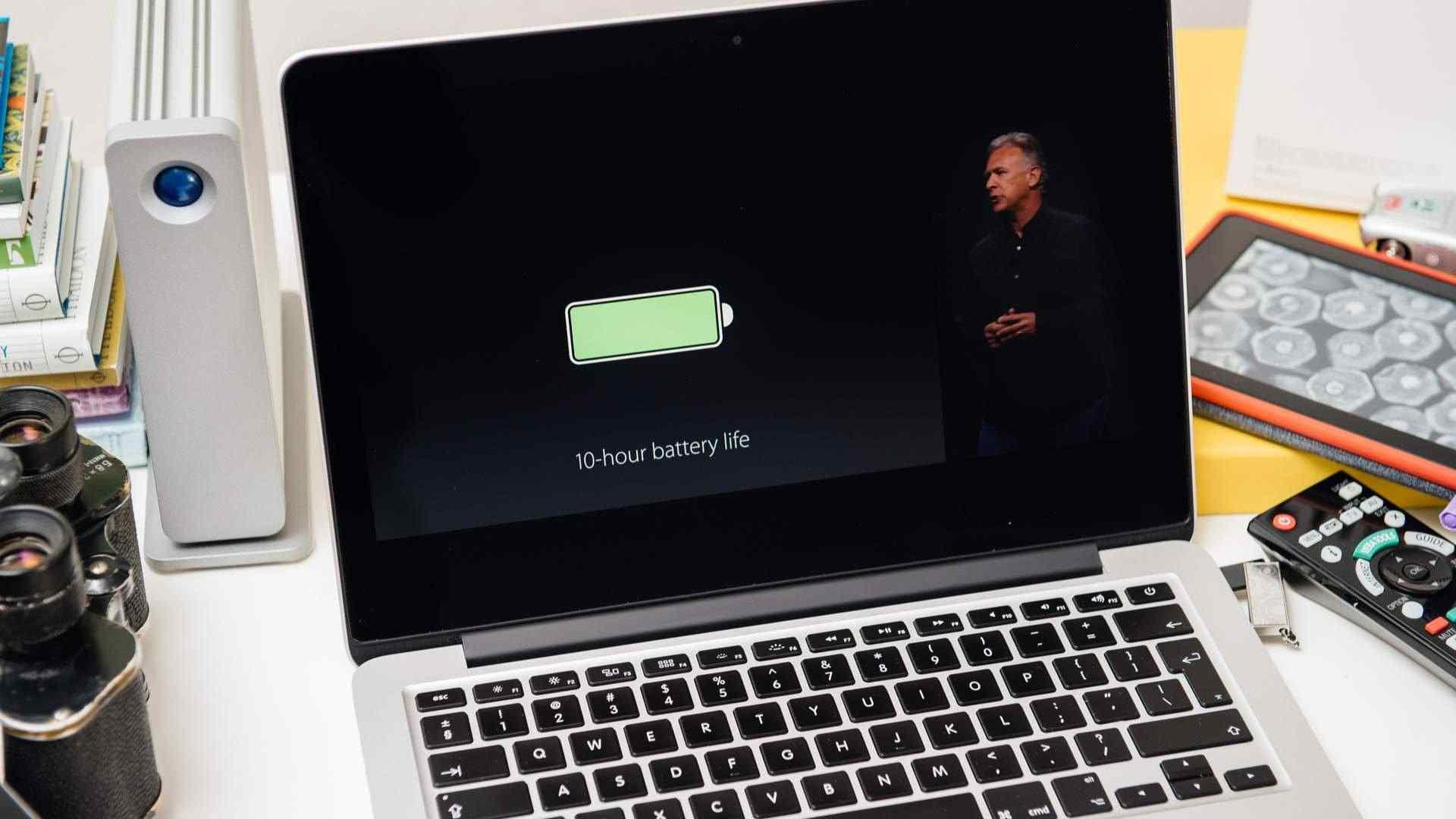 MacBook usado com tela mostrando transmissão ao vivo da Apple onde é mostrado que o notebook tem 10 horas de vida de bateria