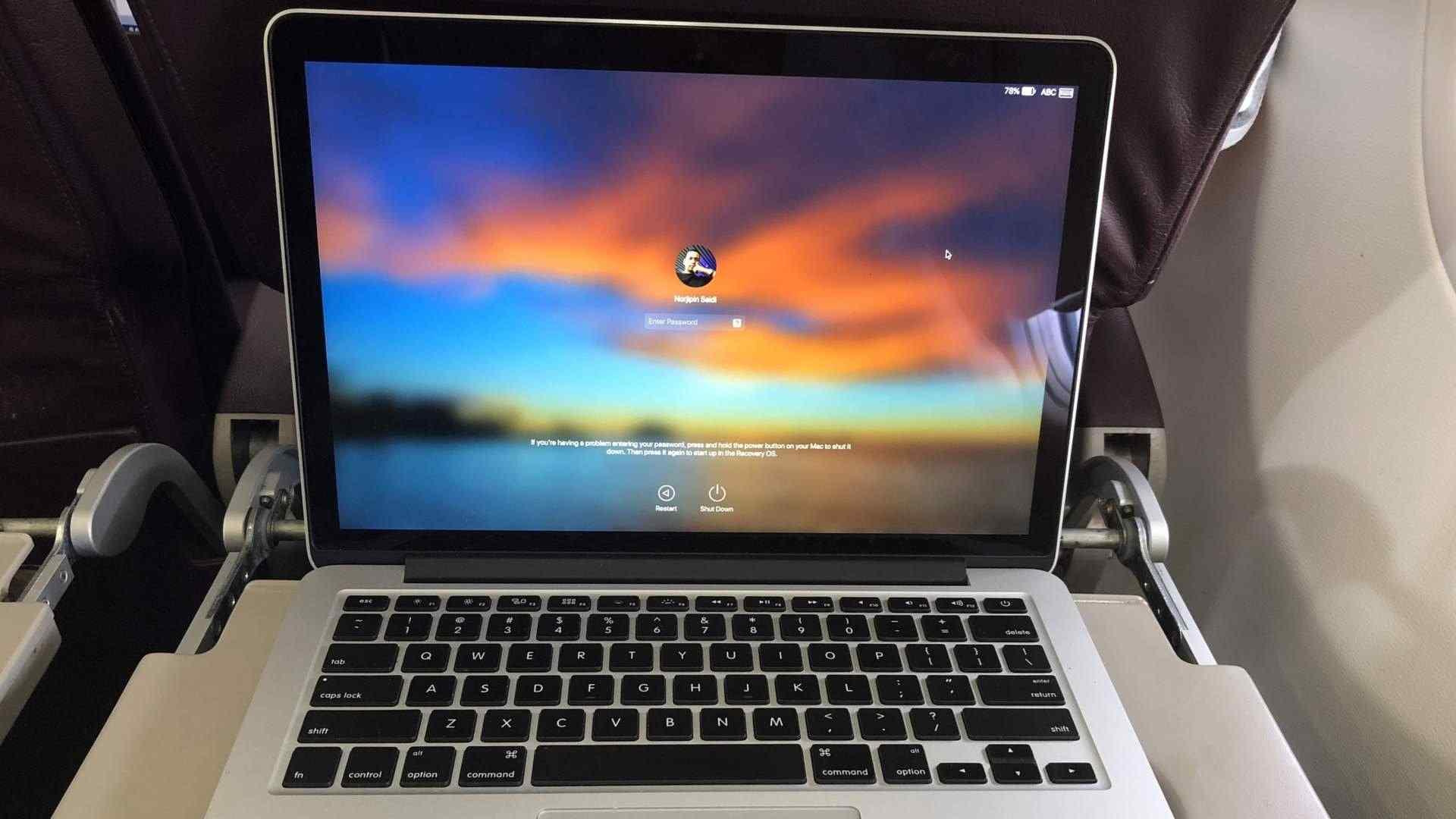 MacBook usado em mesa de avião