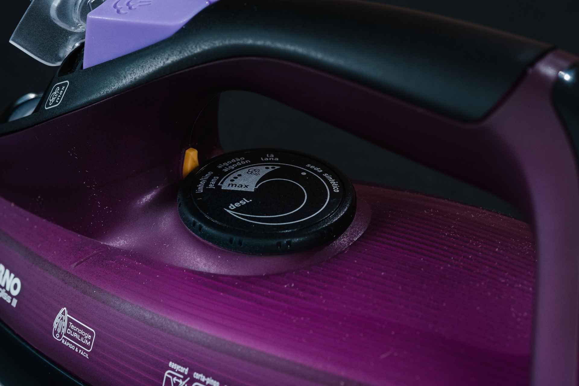 Detalhe do botão do ferro Arno Ultragliss 3 com os tipos de tecidos e a temperatura de cada um deles