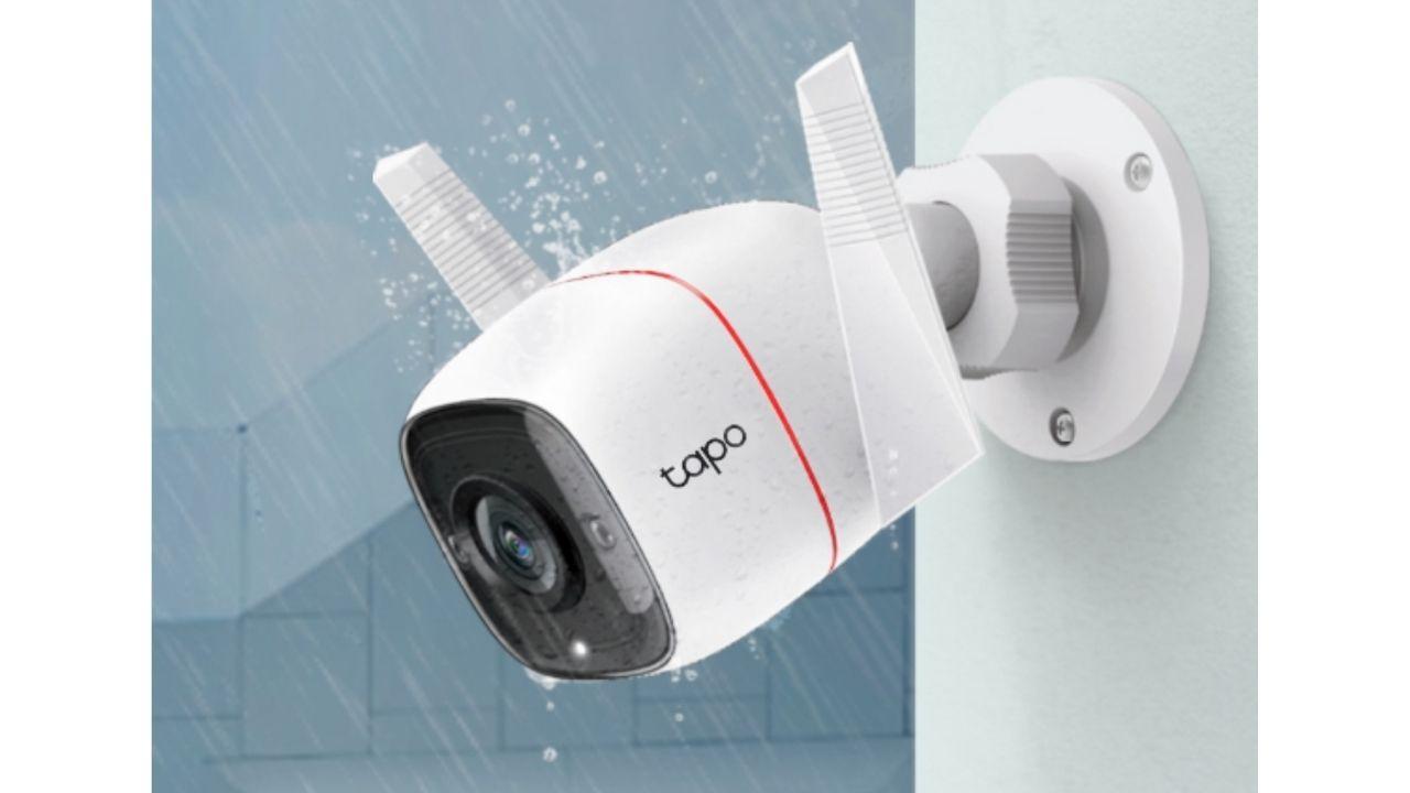 Câmera de segurança Wi-Fi Tapo C310 instalada na parede.