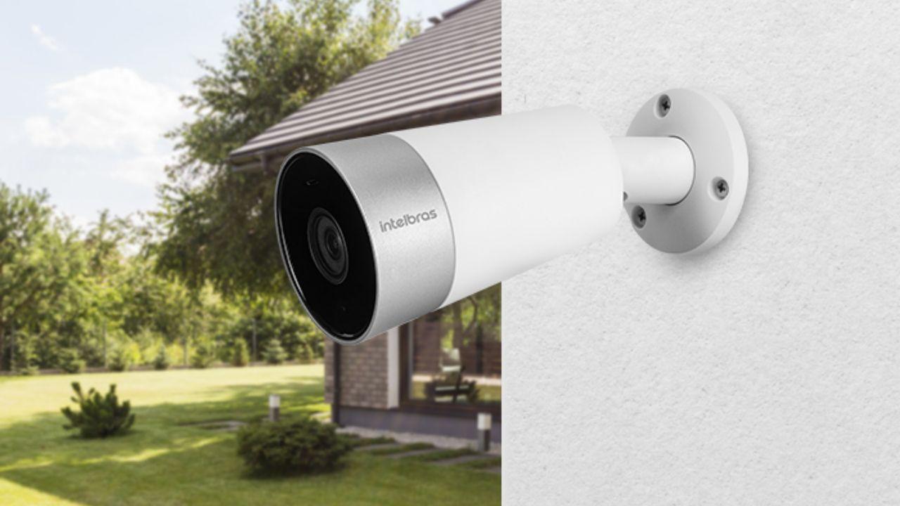 Câmera de segurança Wi-Fi externa Intelbras iM5 instalada em parede branca.