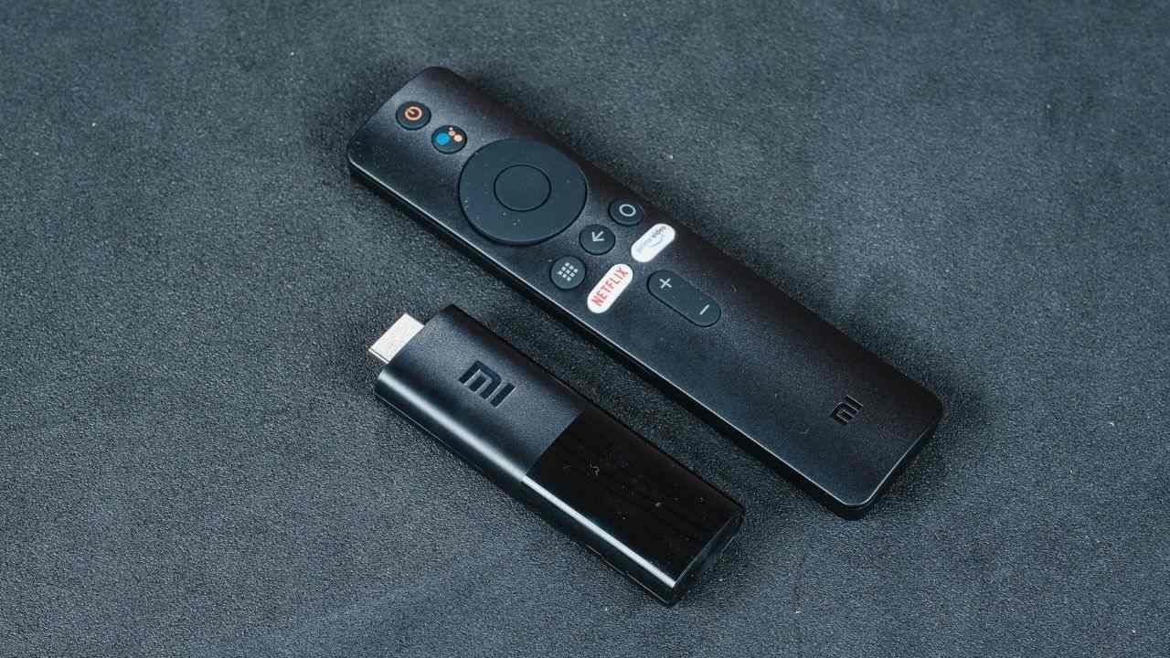 Mi TV Stick e controle remoto da TV box em um fundo cinza
