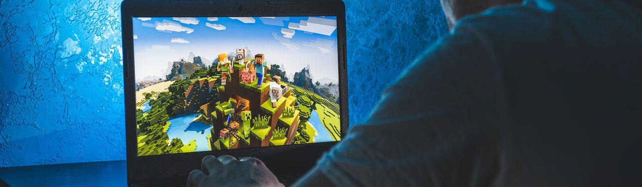 Pessoa jogando Minecraft no notebook