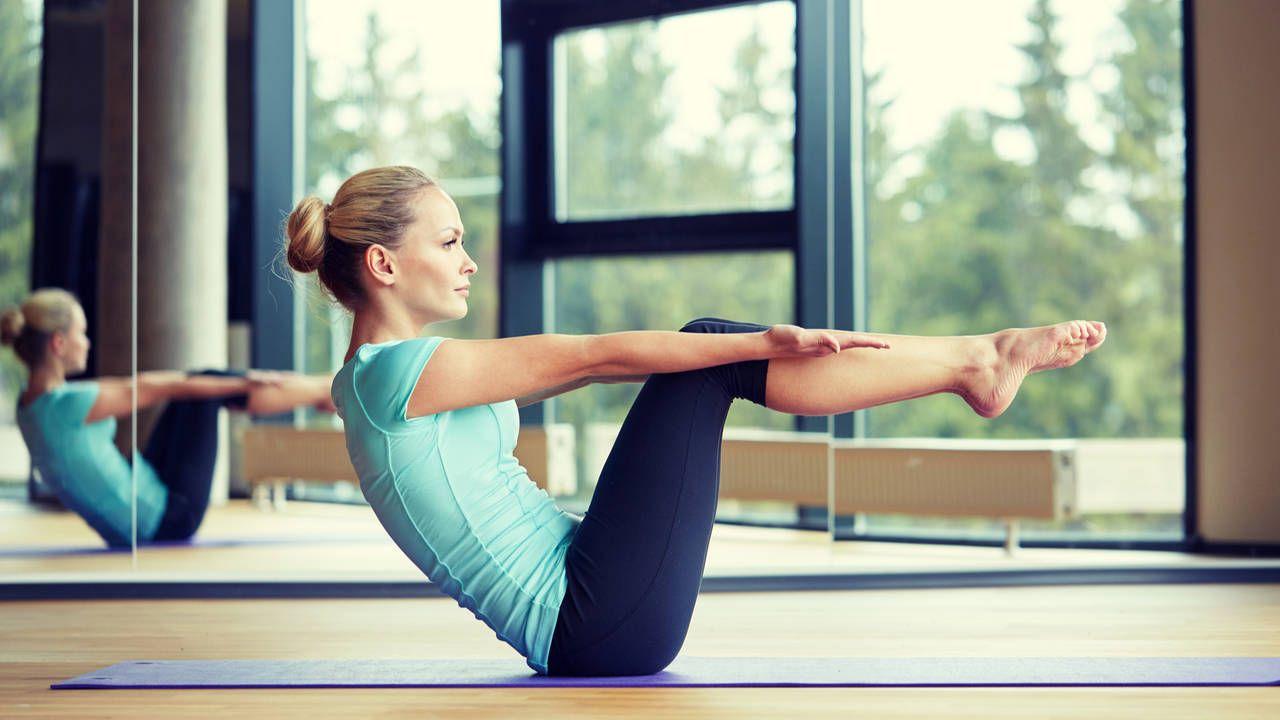 Mulher fazendo pilates usando roupa azul
