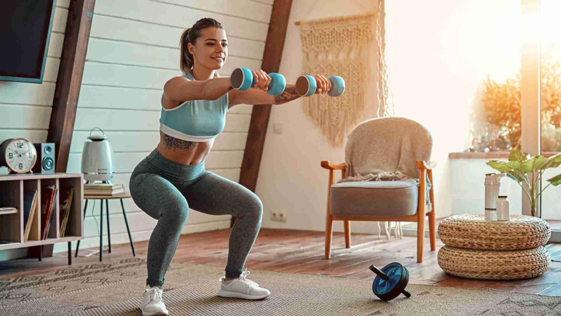 Mulher fazendo musculação na sala de casa