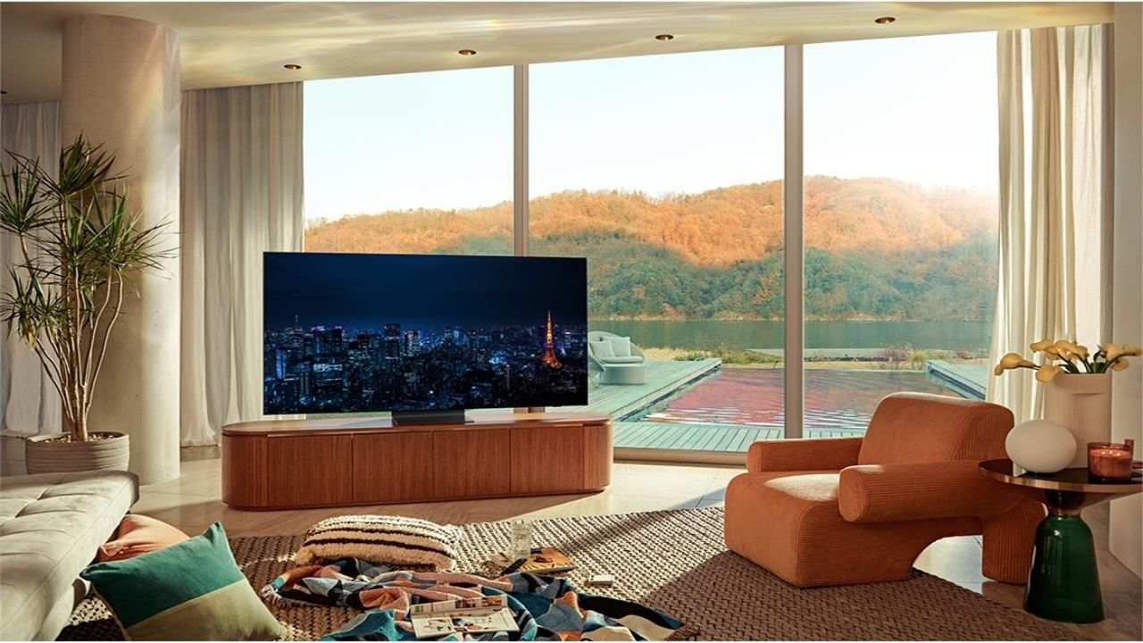 Sala de estar de casa elegante à beira de um lago. Ao centro da foto, um rack com a TV QN90A.