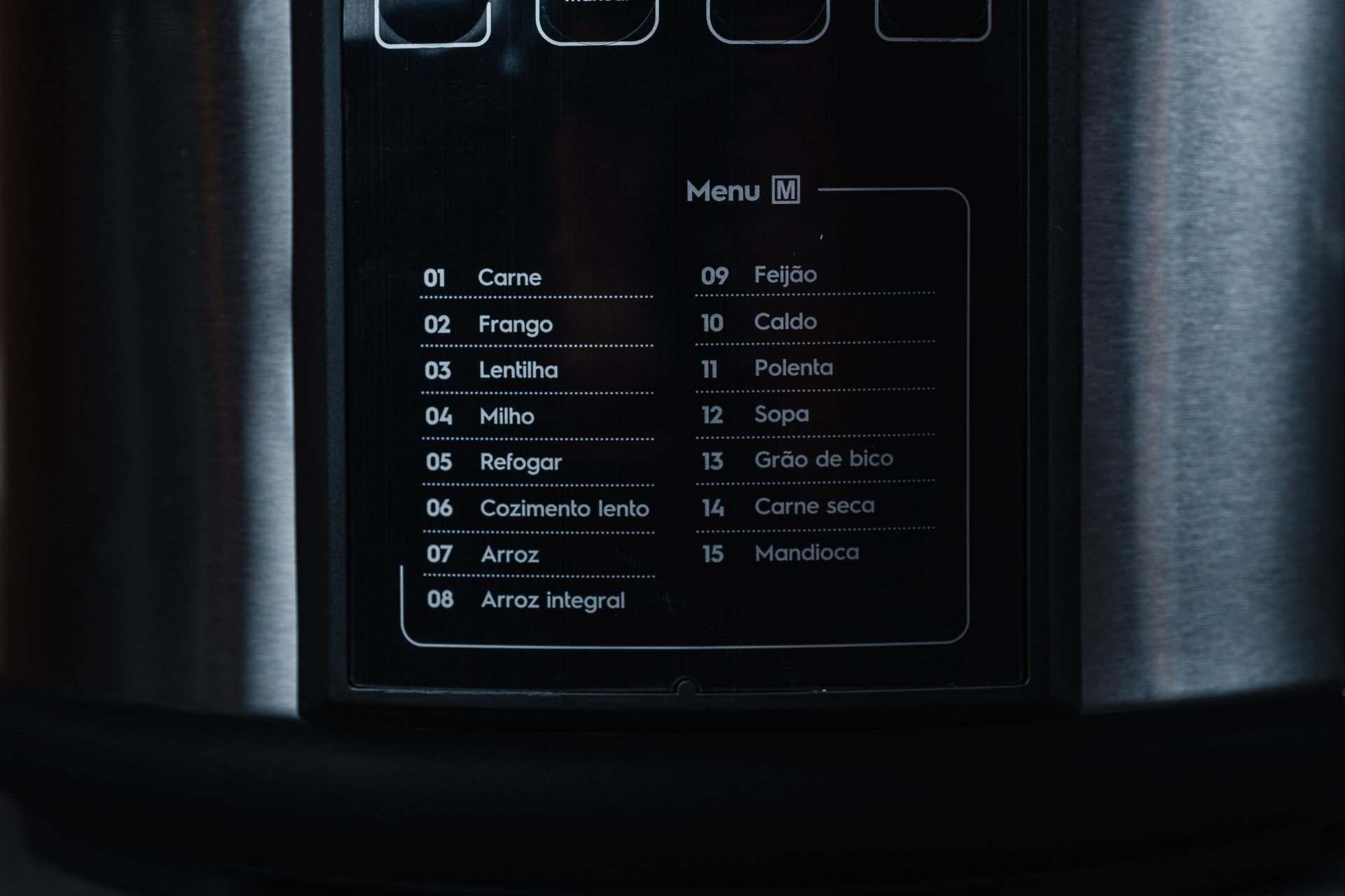 Detalhe dos números e nomes das receitas e funções predefinidas da panela em branco no fundo preto