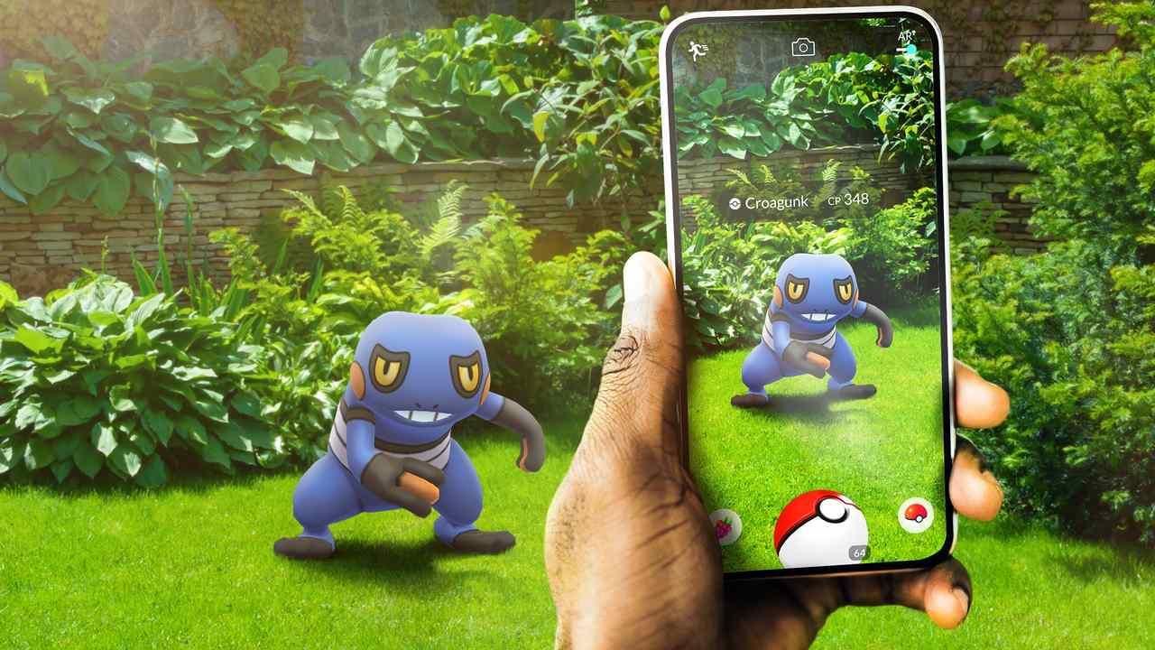 Pessoa tentando capturar monstrinho em Pokémon Go