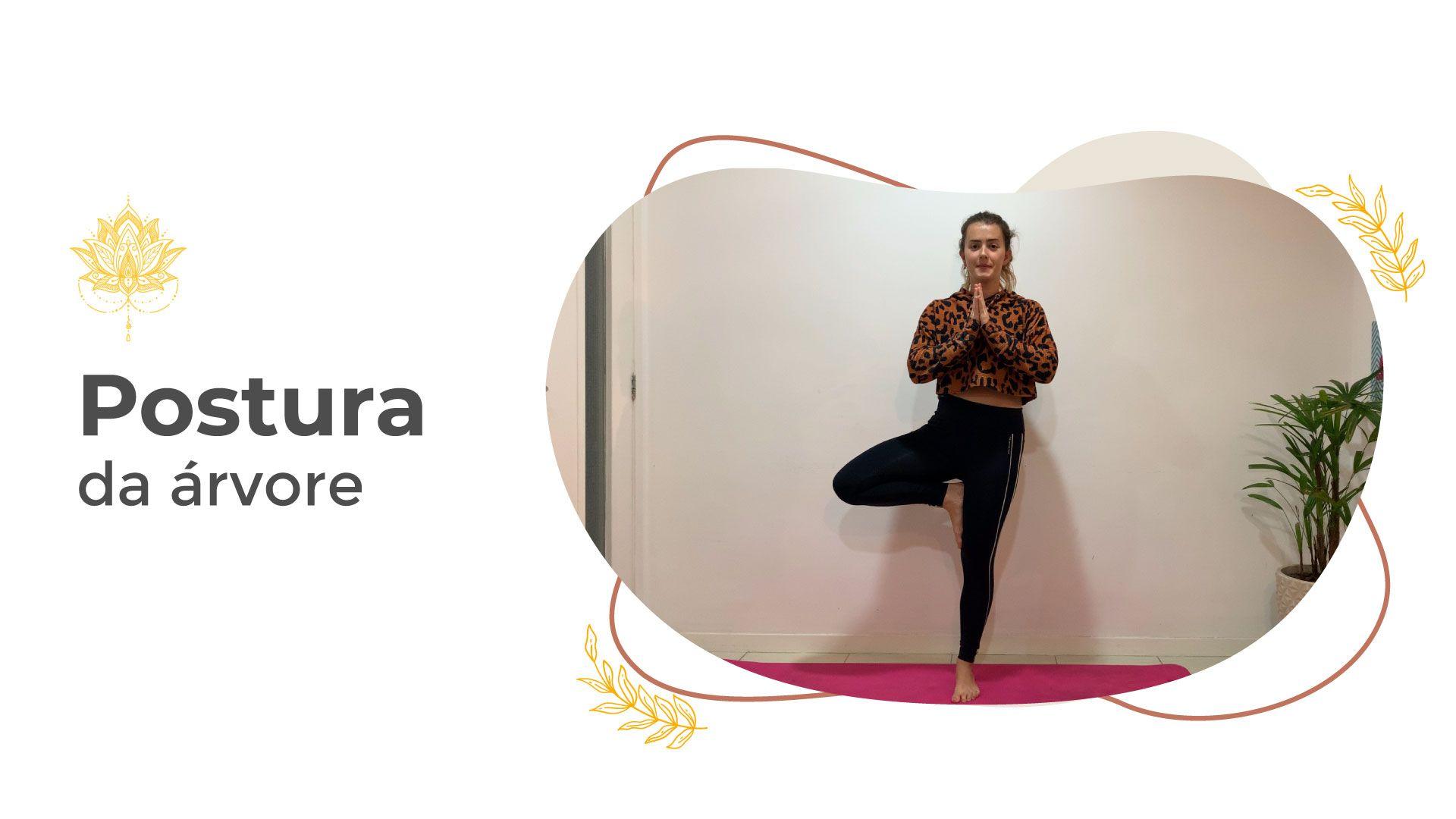 Mulher realizando a postura da árvore durante uma aula de yoga