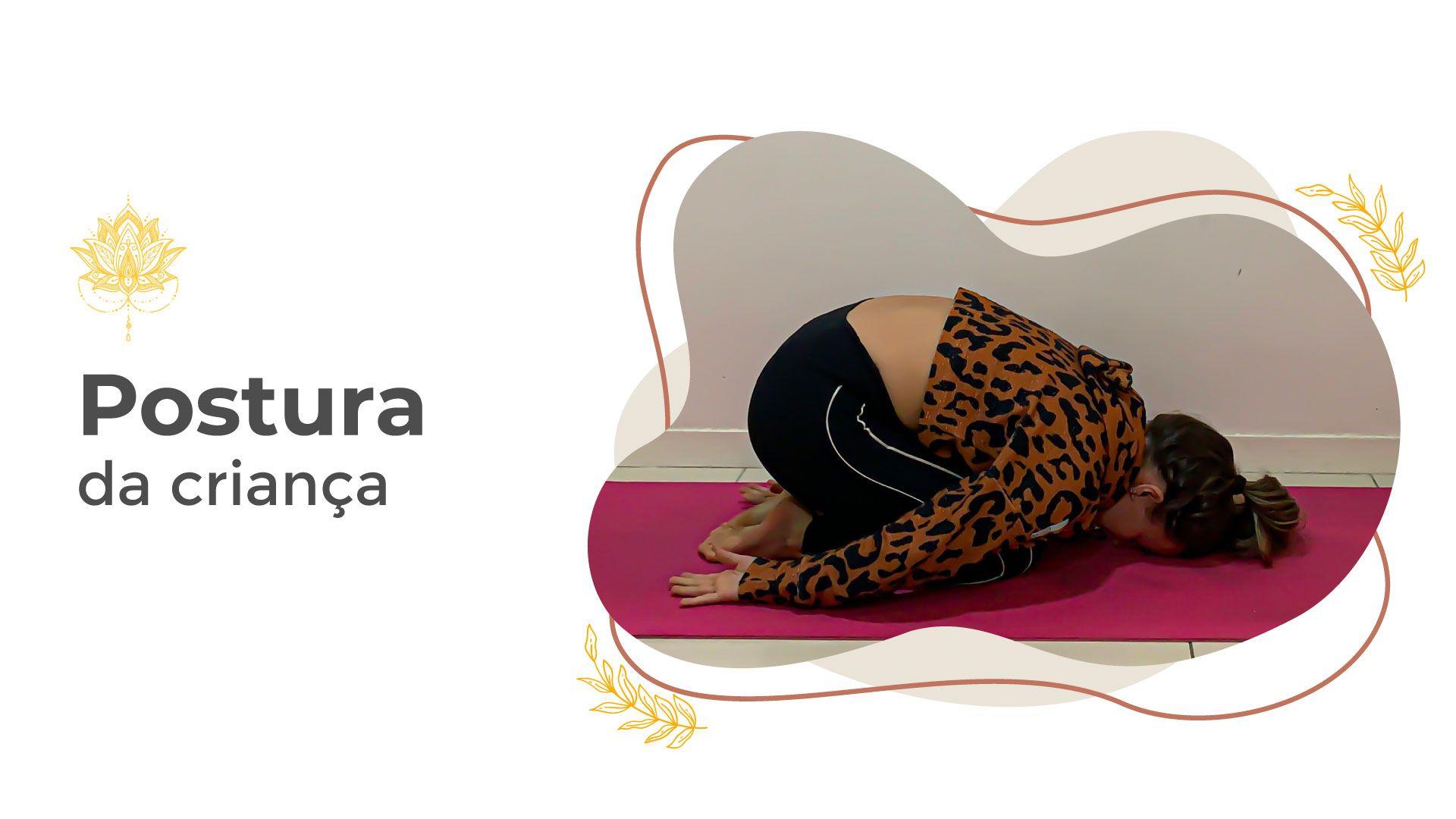 Mulher fazendo a postura da criança em aula de yoga