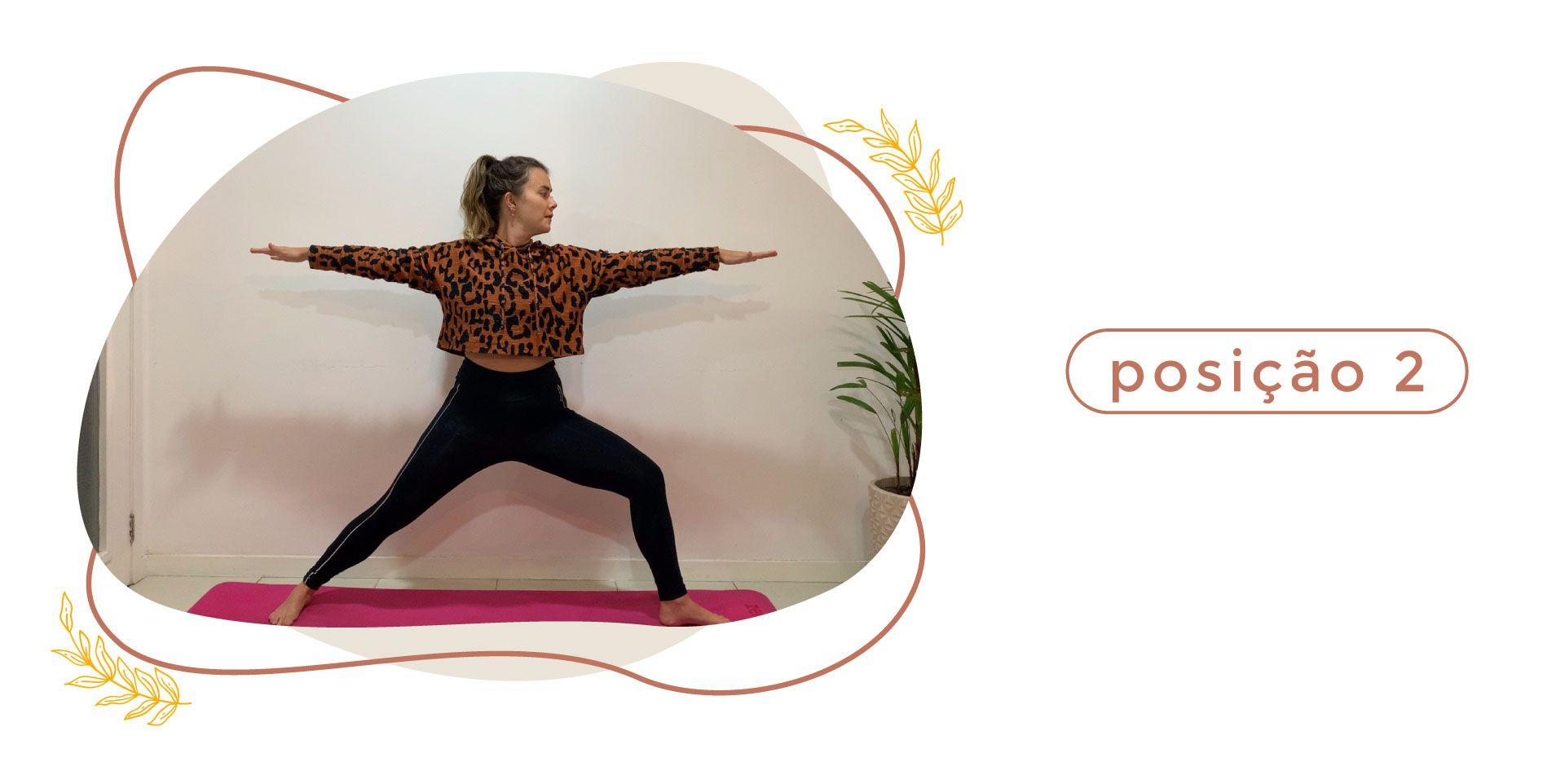 Mulher fazendo a postura do guerreiros na aula de yoga