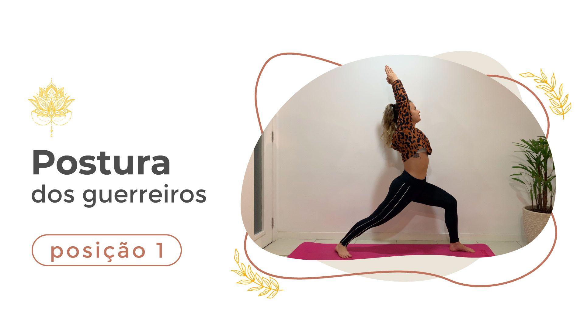 Mulher realizando a postura dos guerreiros durante aula de yoga