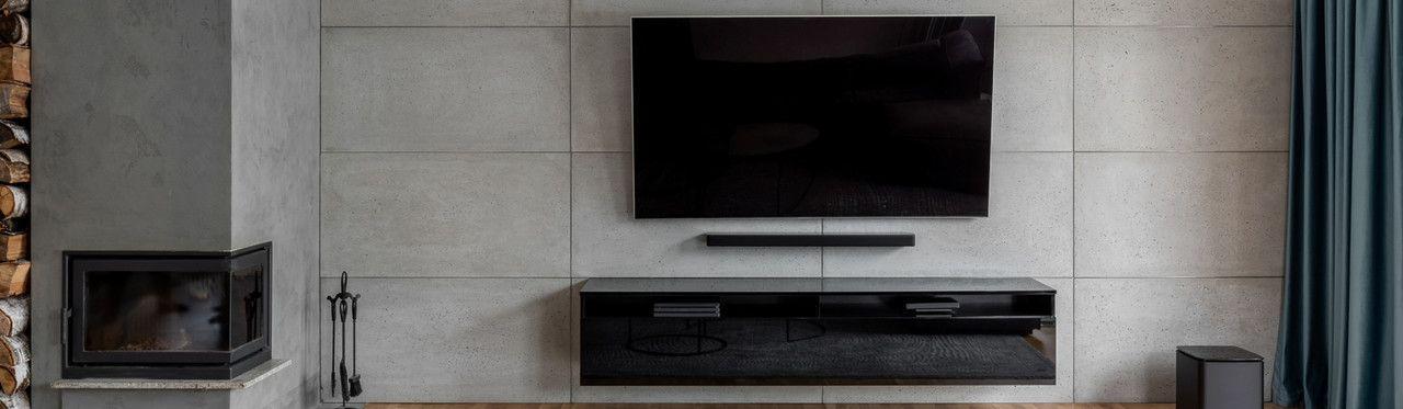 Sala com TV e rack suspenso.