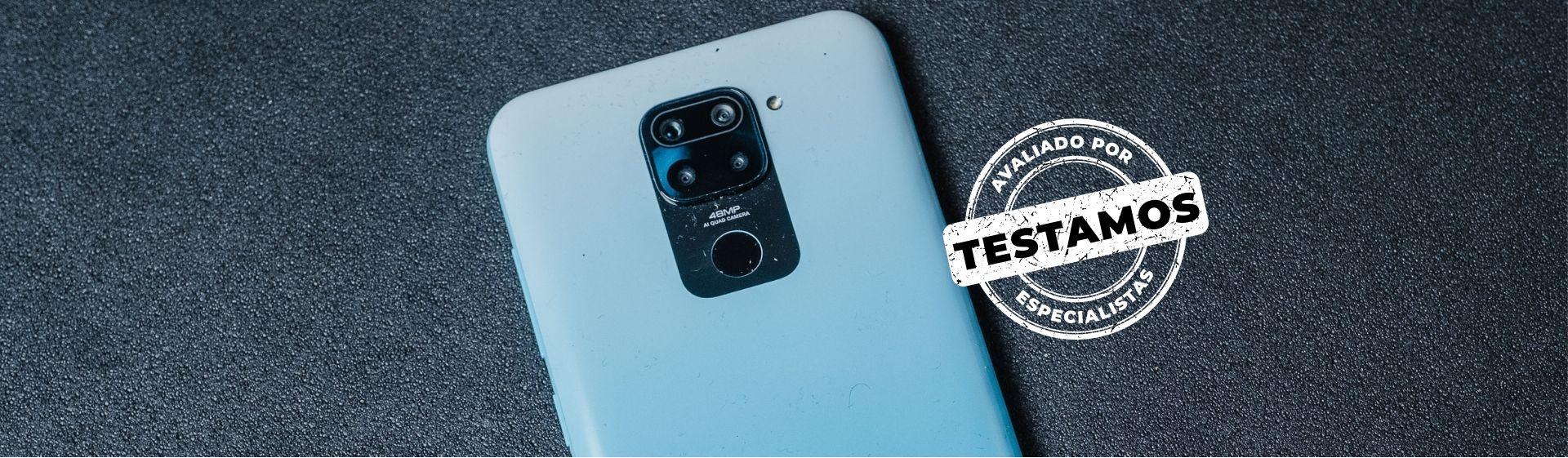 Celular Redmi Note 9 azul em fundo cinza com destaque para sua parte traseira
