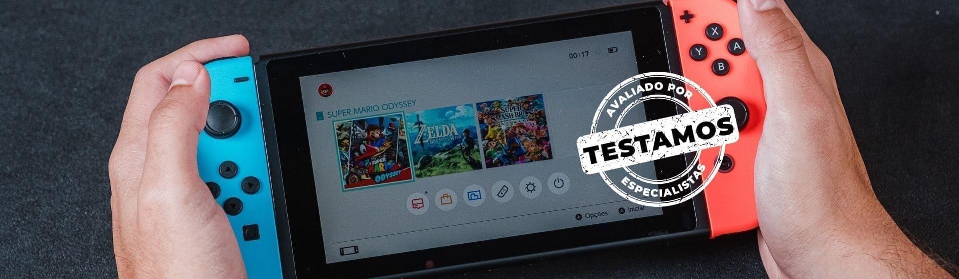 Homem segurando Nintendo Switch em close