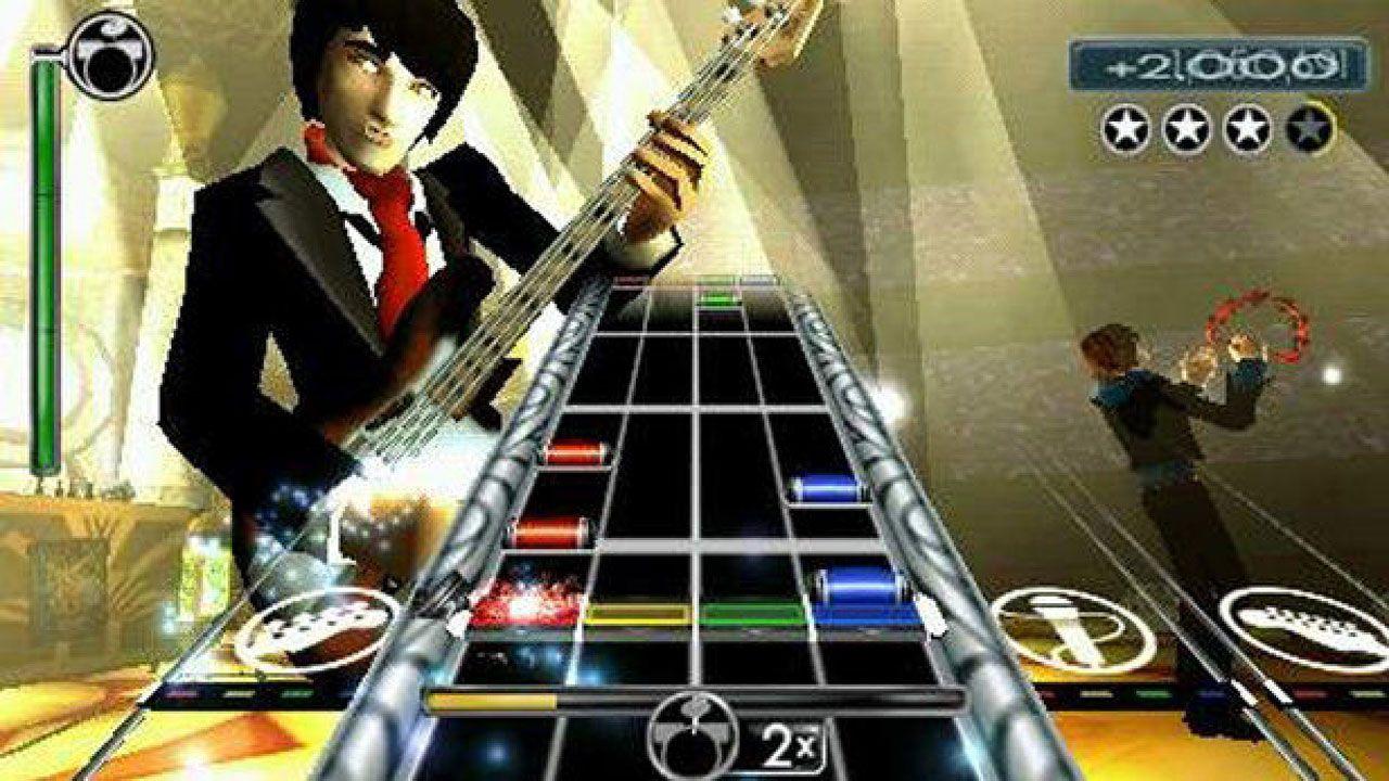 Imagem de jogo Rock Band: Unplugged com músicos ao fundo como personagens