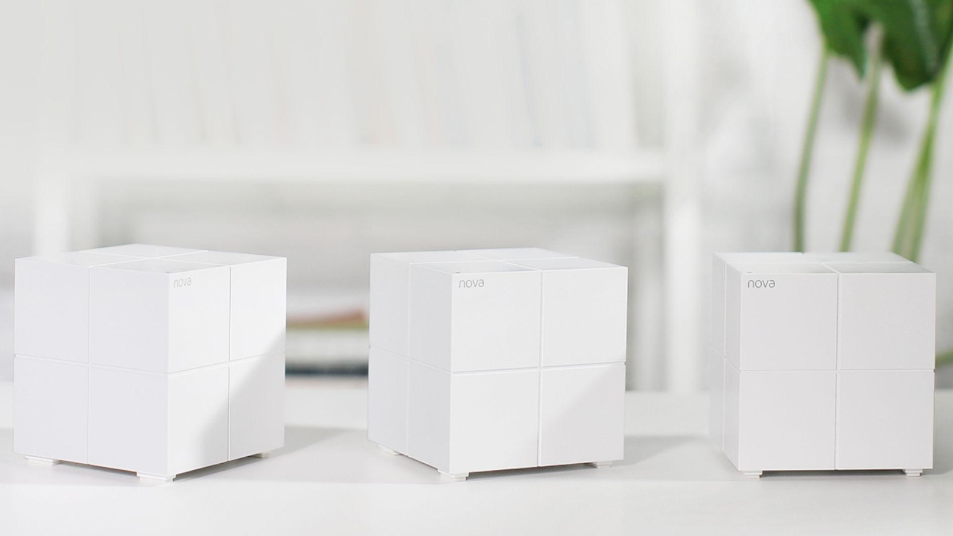 Três modelos do Roteador Mesh Tenda MW6 brancos em cima de uma mesa branca