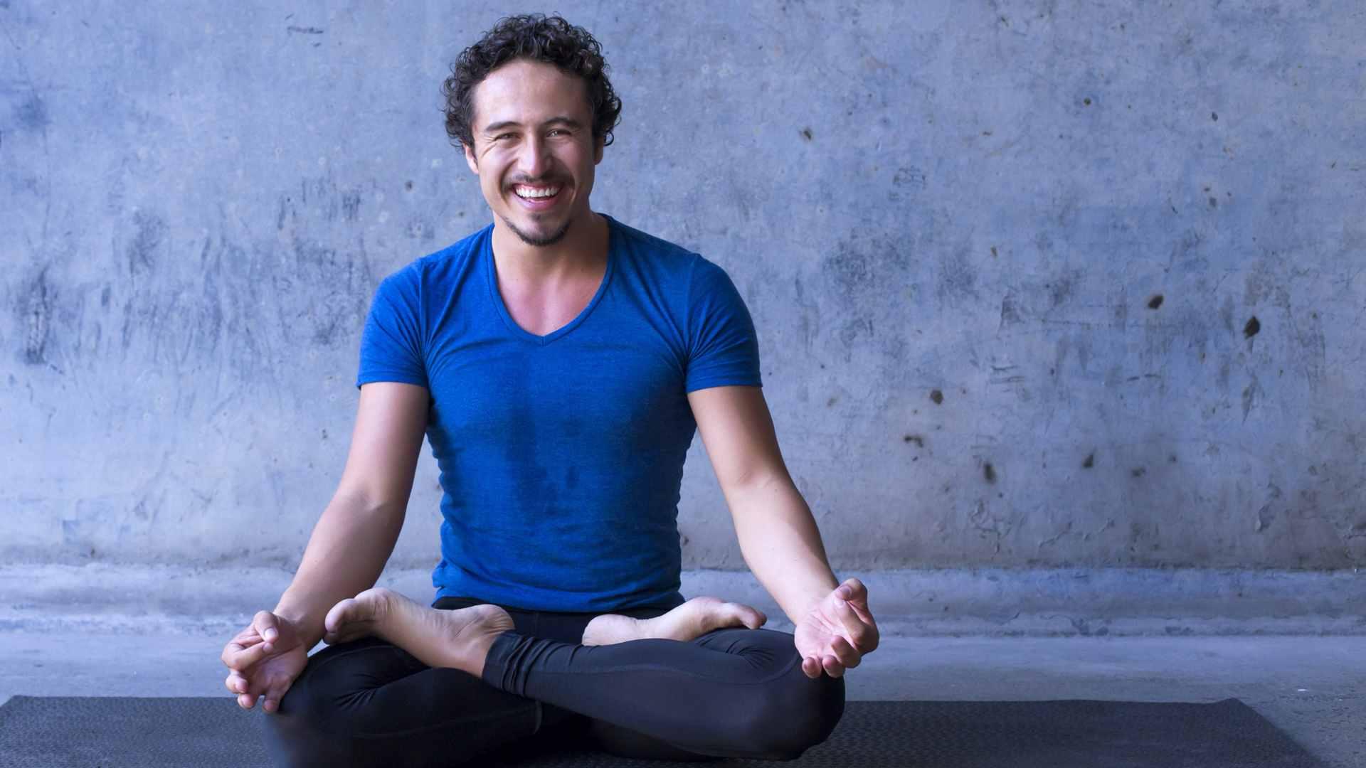 Homem sentado fazendo yoga