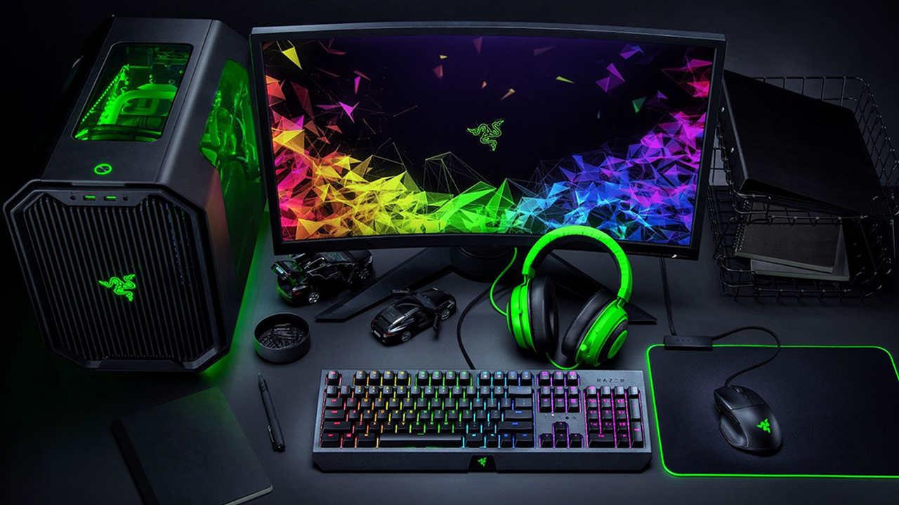 Setup Razer completo com gabinete, monitor, teclado preto com RGB, mouse, mouse pad e headset