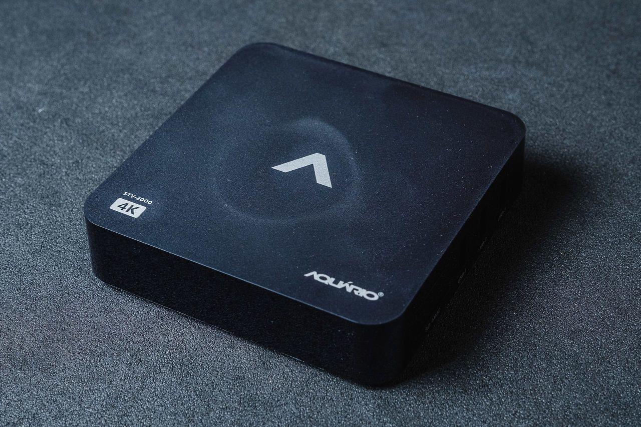 TV box Aquário STV-2000 sobre fundo acinzentado