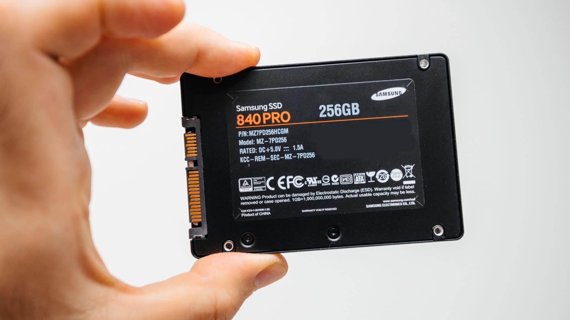Mão segurando SSD 256GB Samsung 860 PRO preto