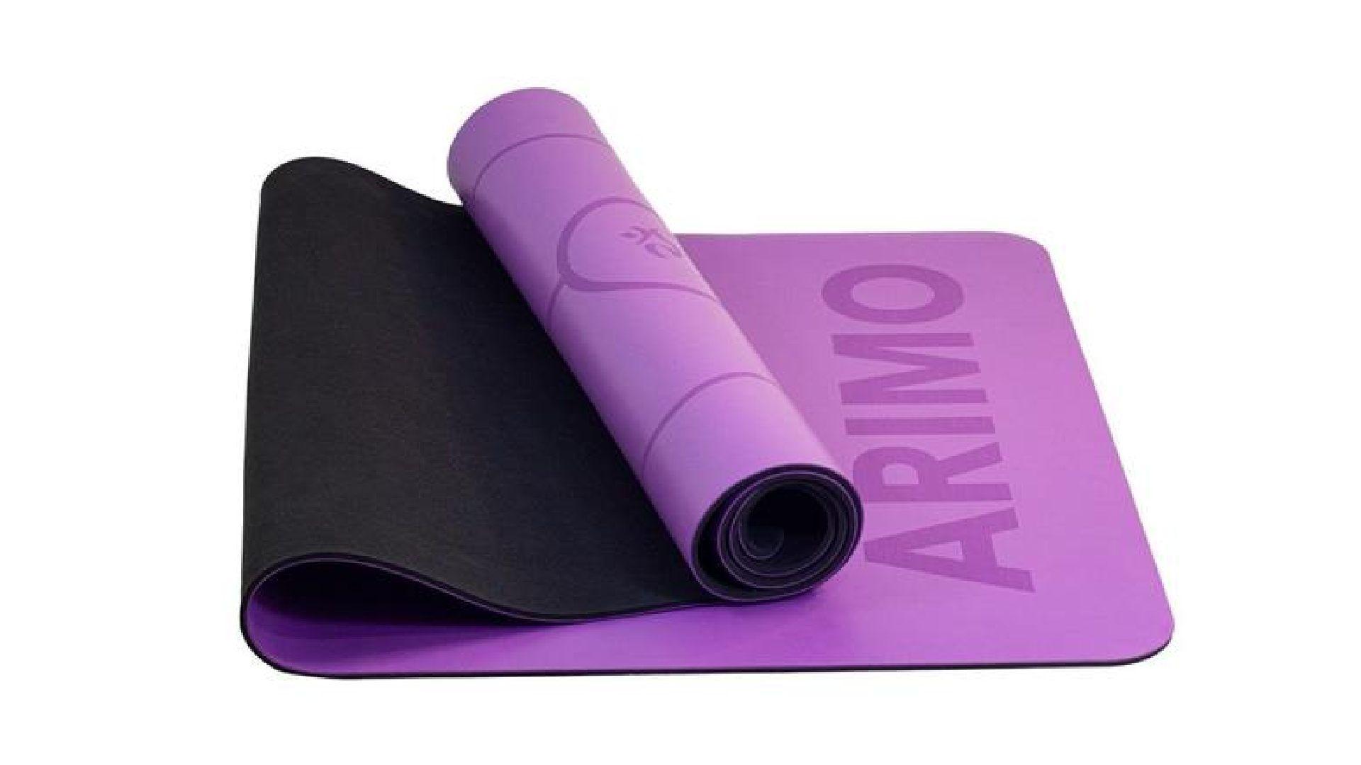 Tapete de yoga Arimo roxo meio dobrado