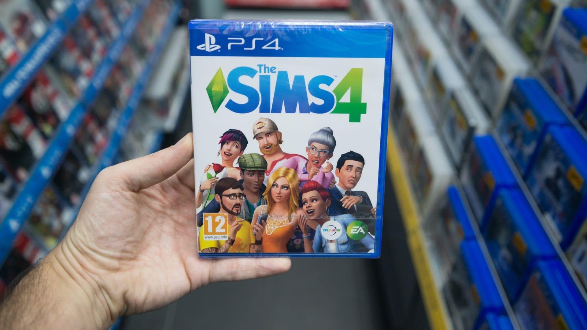 mão segura capa de jogo The Sims 4 para PS4