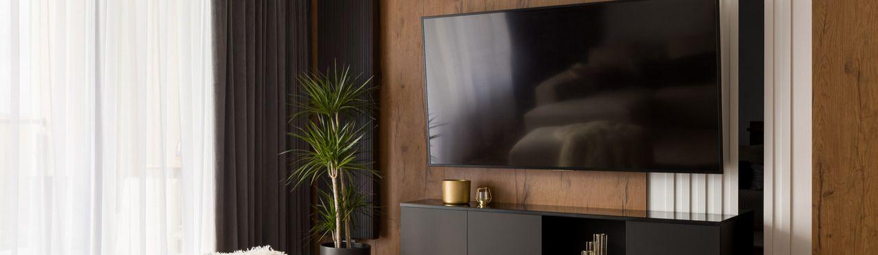 TV de 70 polegadas instalada na parede de uma sala.