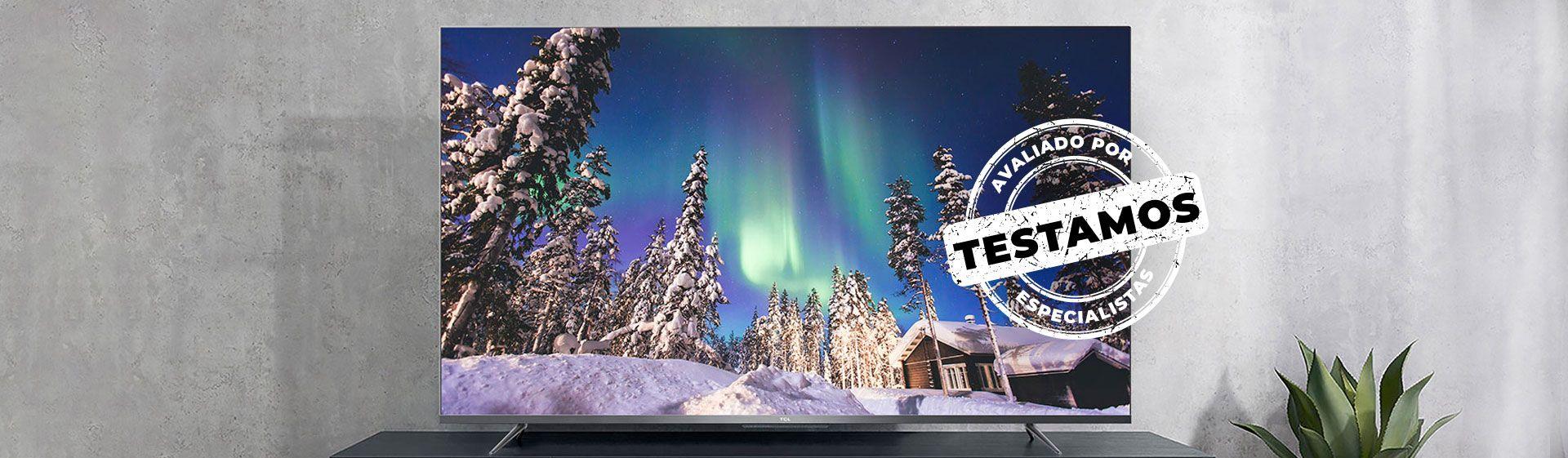 """TV TCL P715 centralizada, com selo """"Avaliado por Especialistas"""" na imagem."""