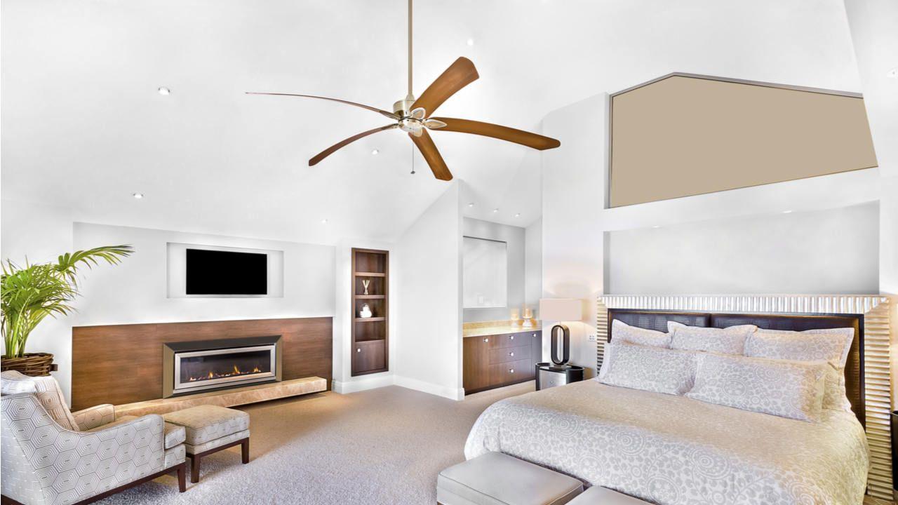 Quarto elegante com ventilador de teto de madeira com 4 pás.