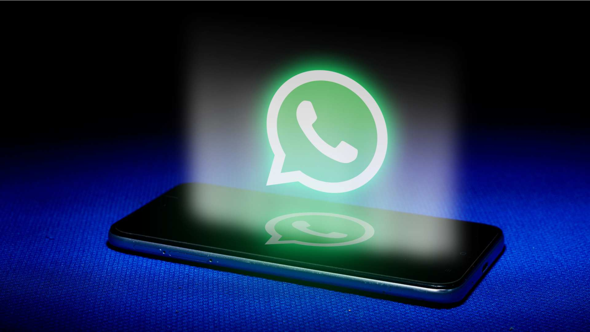 Desenho do símbolo do WhatsApp saindo da tela de um celular sobre um fundo azul