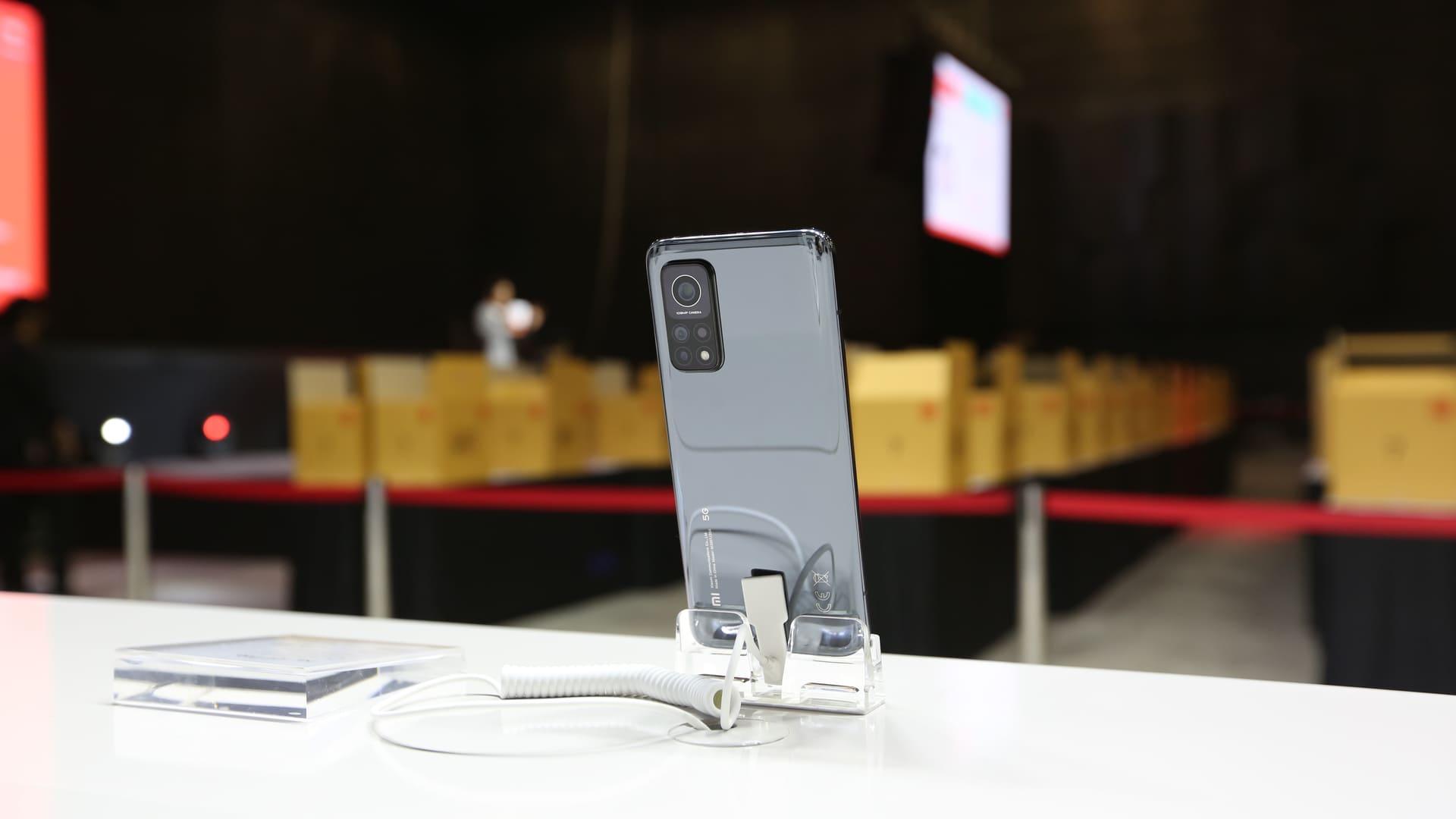 Parte traseira do Xiaomi Mi 10T Pro em suporte em cima de uma mesa branca