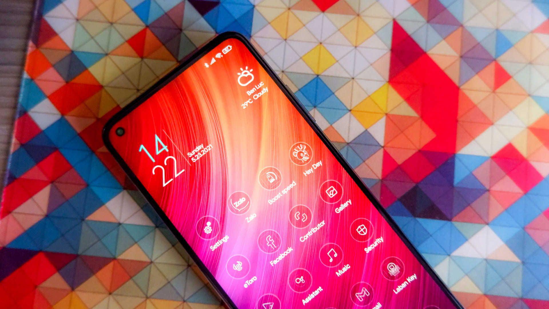 Parte frontal do Xiaomi Mi 10T Pro em fundo colorido
