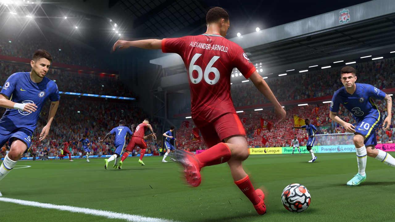 Jogador de vermelho prepara-se para chutar a bola com um defensor de azul em cada lateral