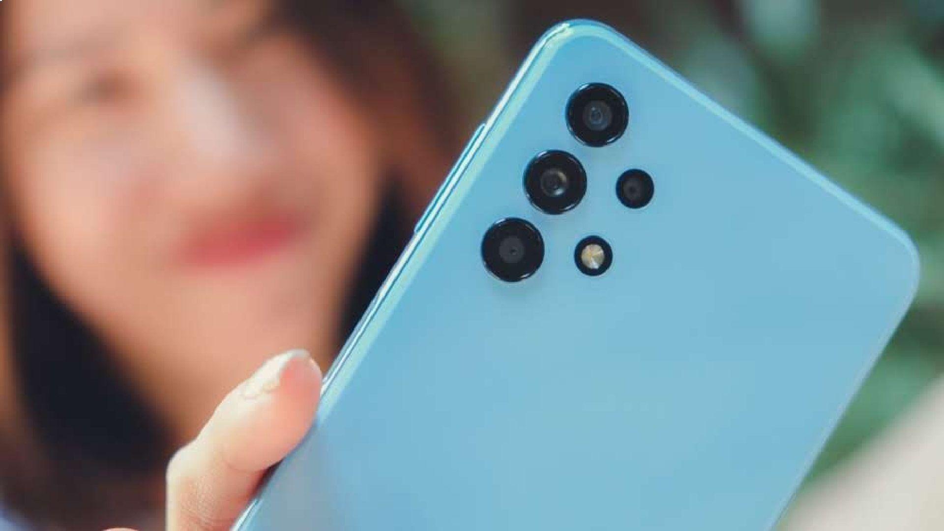 Galaxy A32 5G azul na mão de mulher