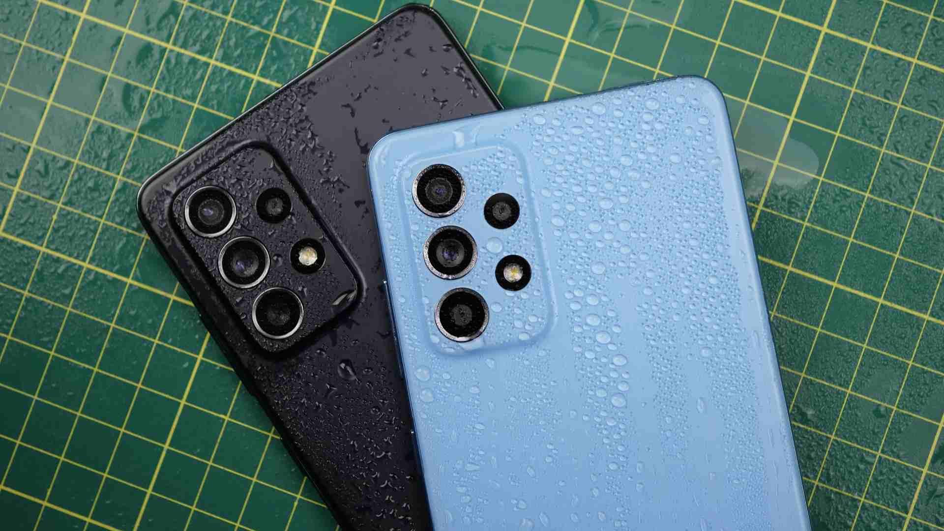 Celulares A72 preto em cima do celular A52 azul molhados