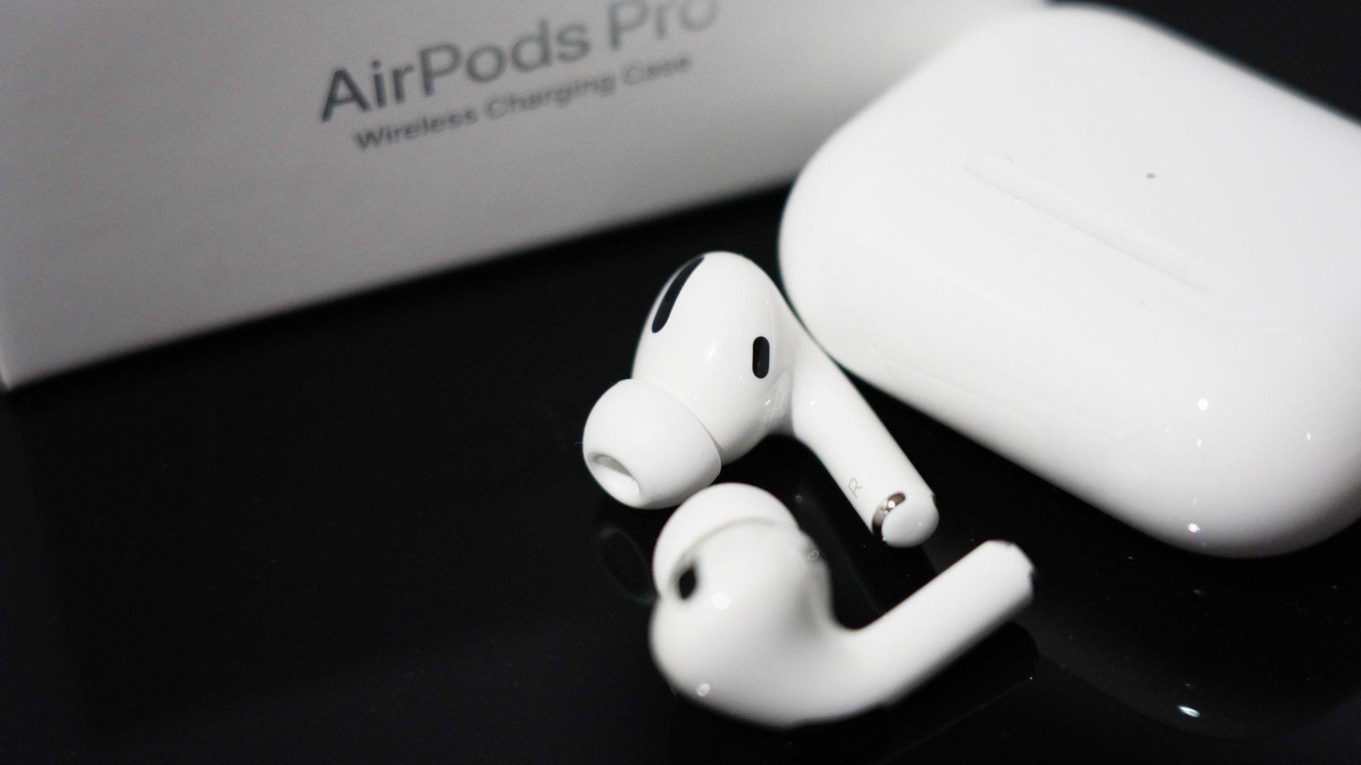 AirPods Pro ao lado do seu estojo e da sua caixa