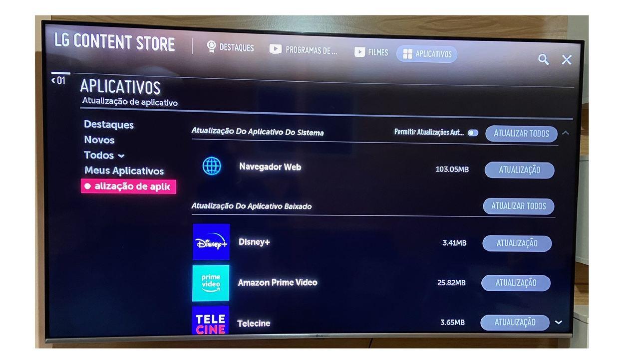 Lista de aplicativos que precisam atualizar aberta na Smart TV LG