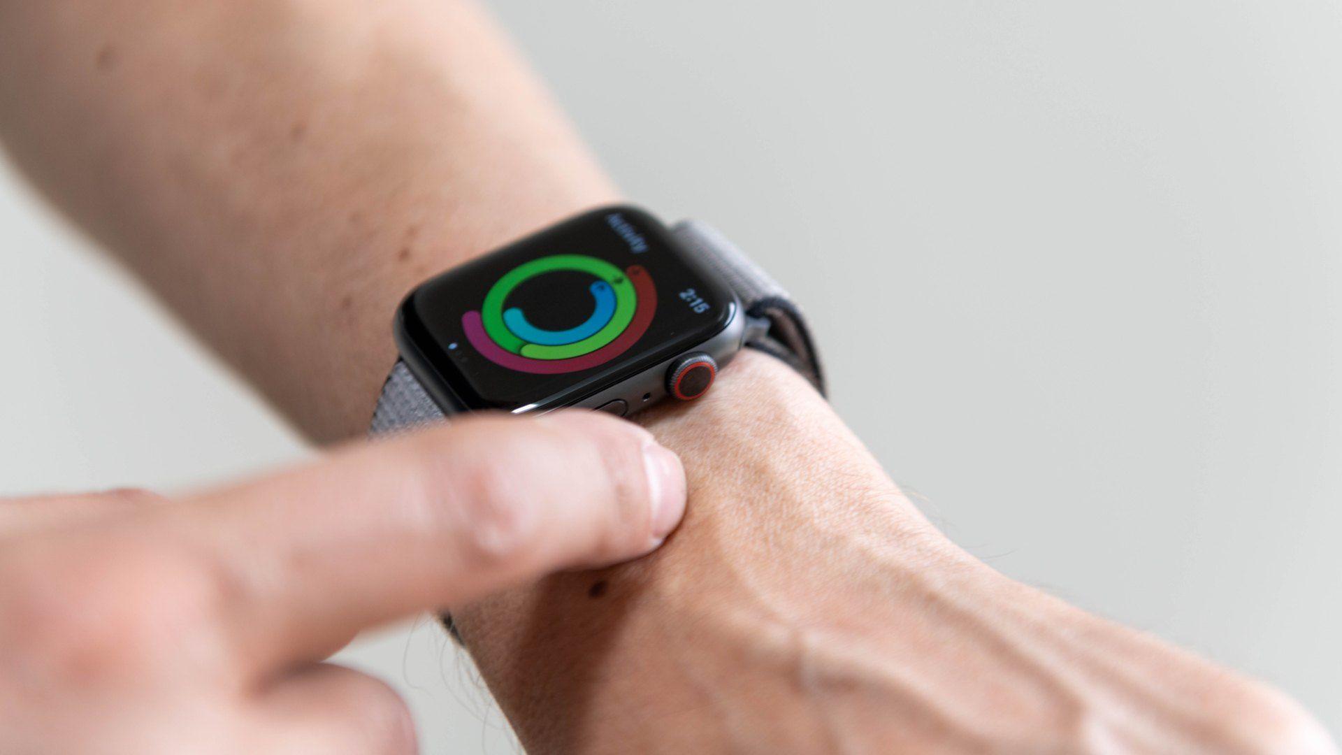 Apple Watch 5 no pulso de homem com monitoramento de atividade física