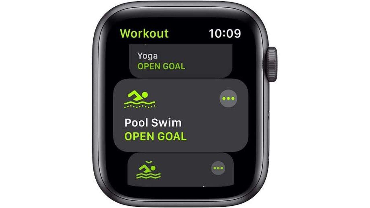Apple Watch SE com monitoramento de atividade física na tela em fundo branco