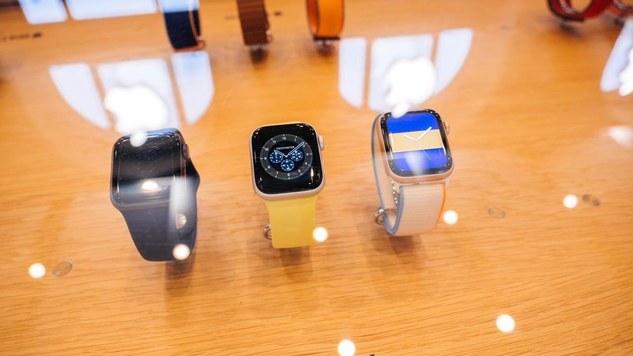 Três modelos de Apple Watch SE diferentes exposto em mesa de madeira