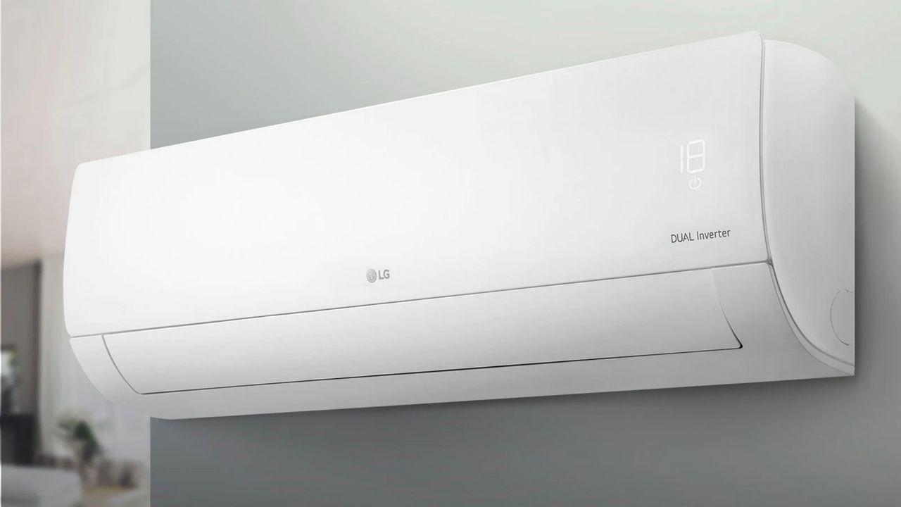 LG Dual Inverter Compact, um dos modelos da lista de aparelhos de ar-condicionado baratos, instalado em parede cinza