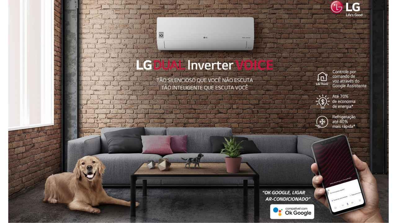 Ar-condicionado LG Dual Inverter Voice instalado em parede de tijolos com escritos da divulgação do modelo na imagem
