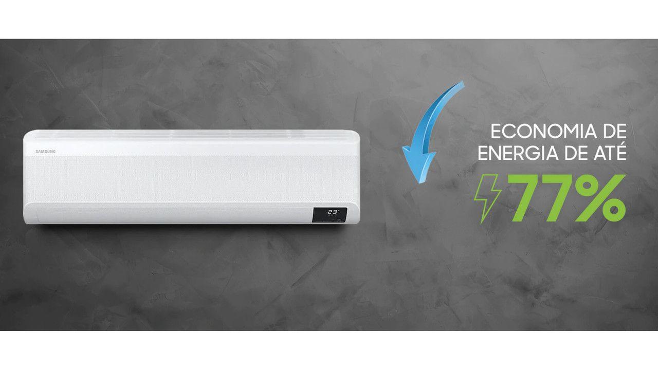 """Ar-condicionado Samsung Wind Free instalado em parede cinza com o escrito """"Economia de energia de até 77%"""" do lado direito do aparelho"""