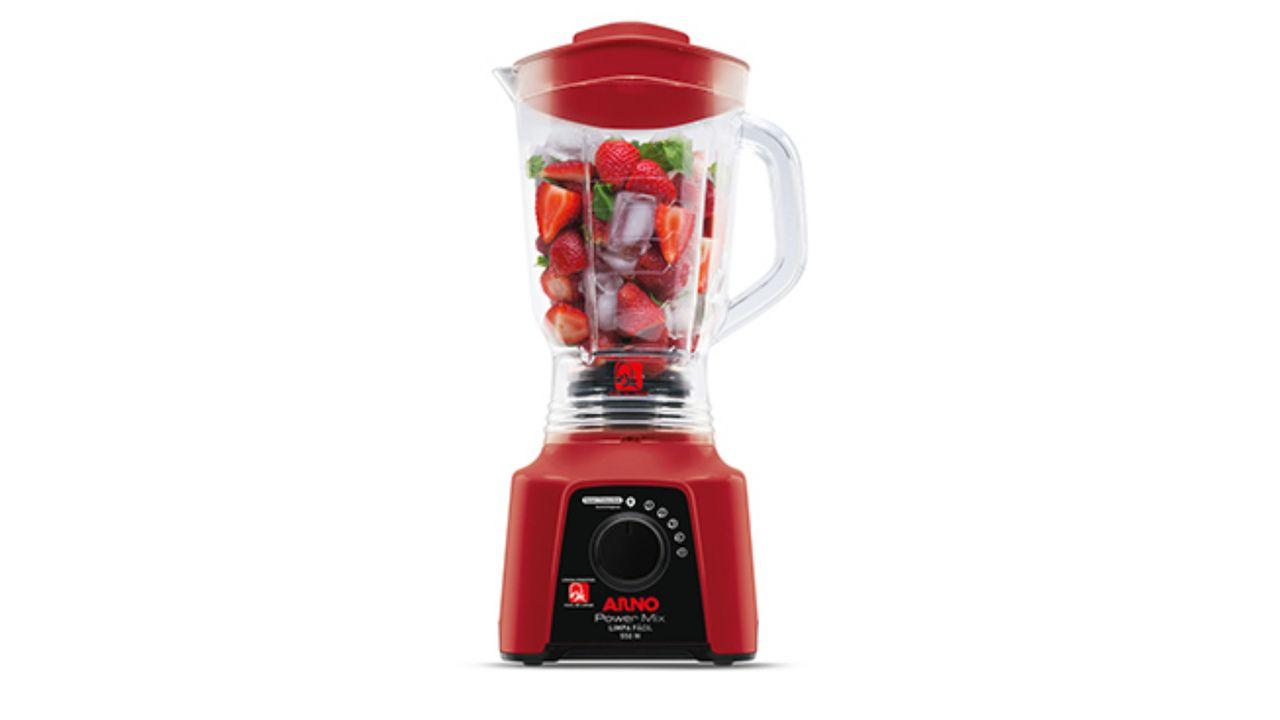 Liquidificador Arno Power Mix vermelho com morangos e gelo dentro da jarra, tudo em fundo branco