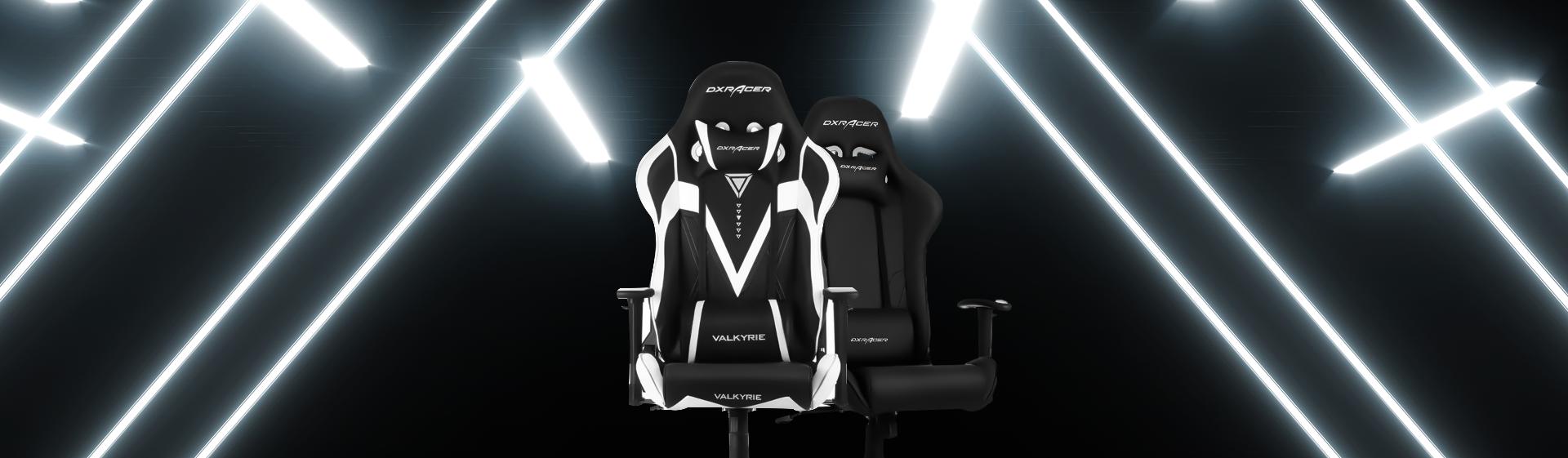 Duas cadeiras gamer DXRacer no fundo preto